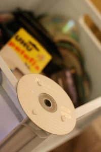 utiliser de la patafix pour coller les CD sur le mur