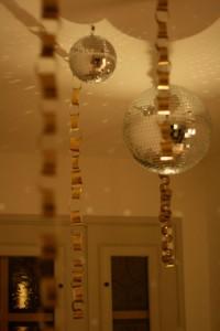 boules à facettes et guirlandes nouvel an