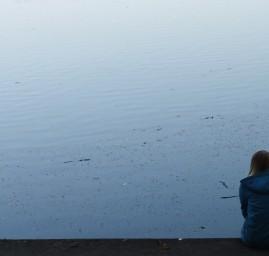 seule face à l'eau
