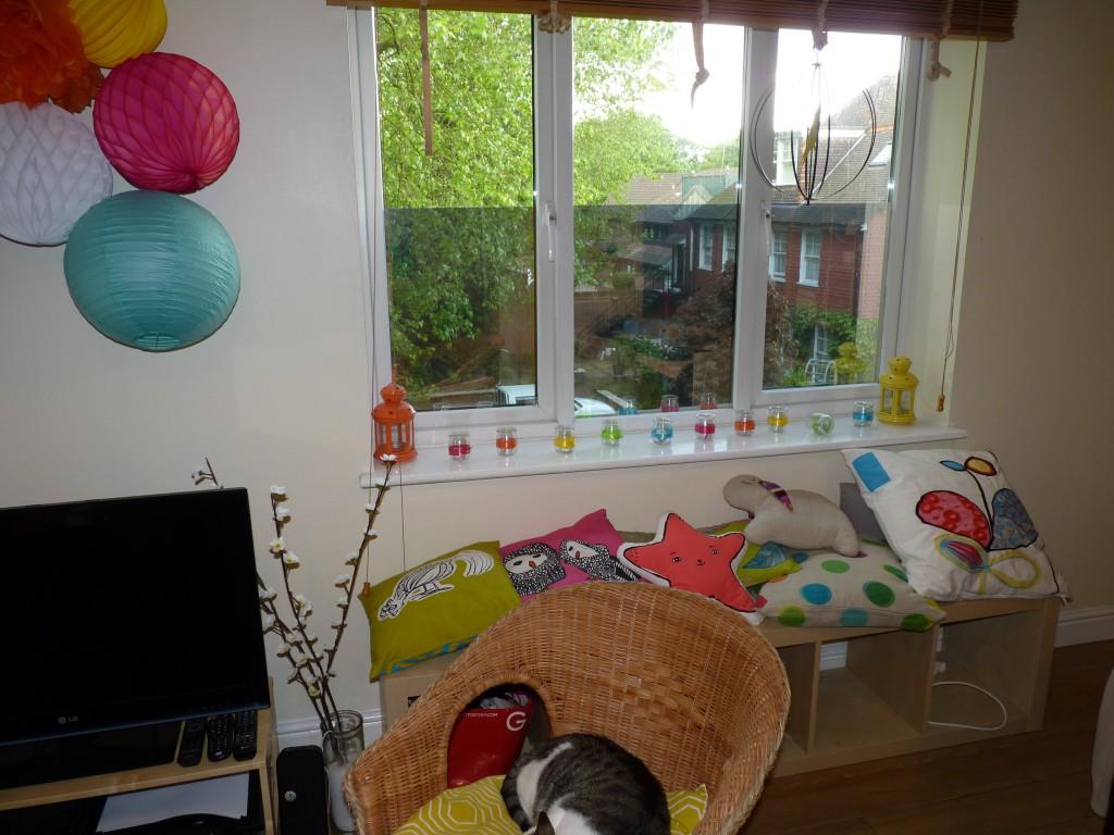 salon d'une maison de location avec déco colorée
