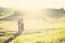 couple marchant au loin dans la nature