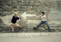 photo de couple humoristique - suivre la flèche