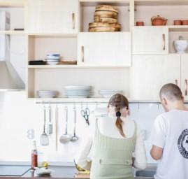 dans la cuisine préparation du repas en couple