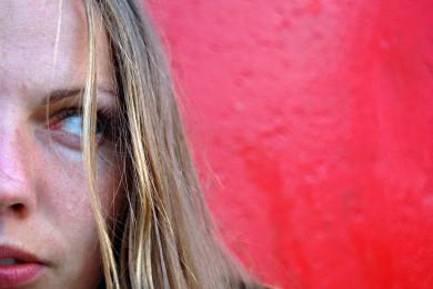 femme sur fond rouge