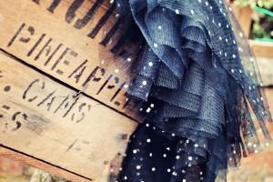 jupon de tulle noir posé sur une caisse
