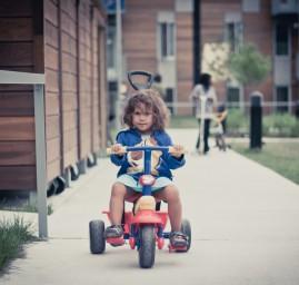 petite fille en tricycle
