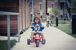 petite fille en tricycle