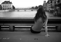 seule sur le pont dans la ville