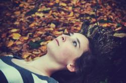 jeune fille feuilles d'automne