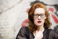 femme rousse à lunettes