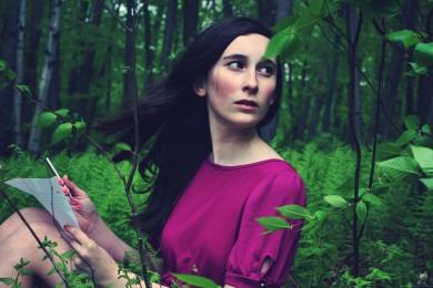 femme dans la forêt écrivant une lettre