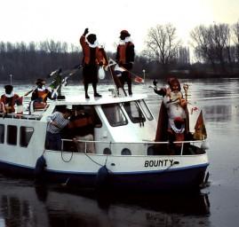 Saint Nicolas arrive en bateau avec les Zwart Piet - Pays-Bas