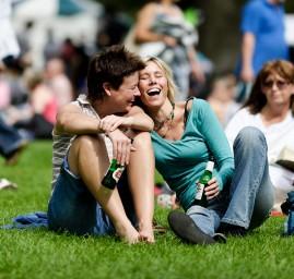 rassemblement de gens sur l'herbe rires