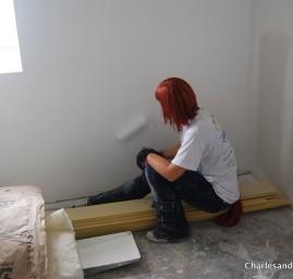 Femme rénovant une maison