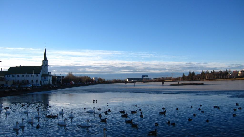 Lac de Reykjavik traversé à pied par les habitants