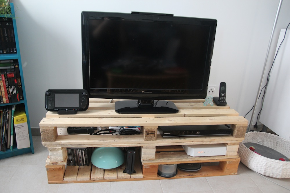 tutoriel diy meuble tv en palettes sous notre toit. Black Bedroom Furniture Sets. Home Design Ideas
