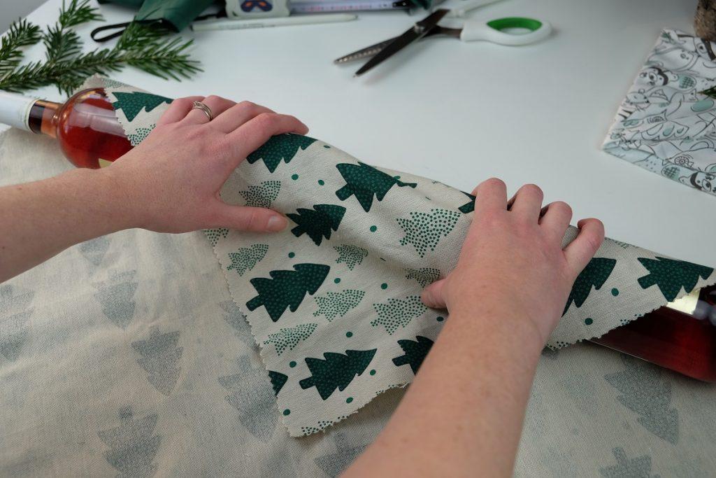 Tutoriel DIY : le furoshiki pour deux bouteilles, un emballage facile et écologique pour les cadeaux de Noël