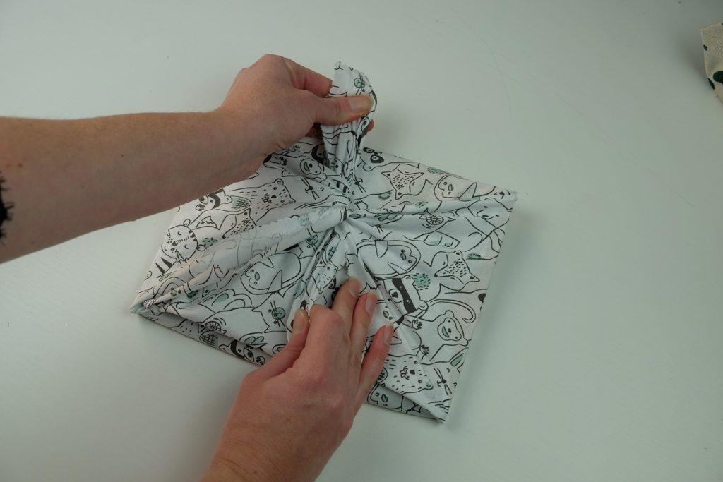 Tutoriel DIY : le furoshiki pour les livres, un emballage facile et écologique pour les cadeaux de Noël